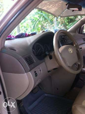 Super Clean Toyota Sienna 2008 / 2009 Model For Sale Kubwa - image 3