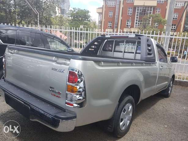 Toyota Hilux Vigo Single cab 2.5l Diesel Manual Hurlingham - image 2
