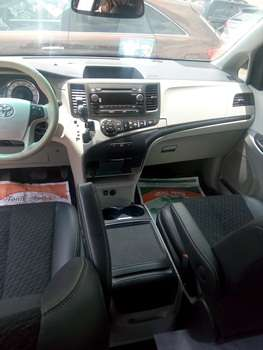 Tokunbo 2015 Toyota Sienna Up 4Grabs For Good Rates Lagos Mainland - image 4