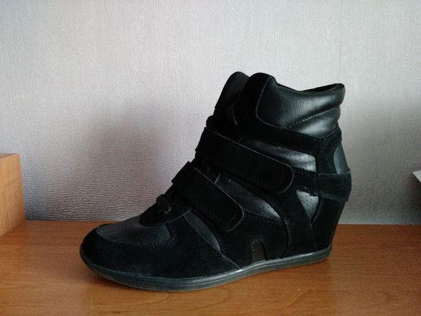 Женские кроссовки на танкетке Skechers  599 грн. - Жіноче взуття ... 0c62f02f22ee3