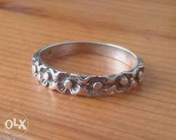 Excellent sterling silver ring with floral design