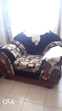 7 seater sofa set in very good condition.with mix velvet material. Ruaka - image 4