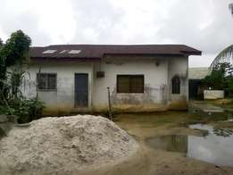 1 plot of land with house, 4 rooms, 3 store, 1 car park, indoor pool