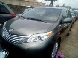 My super clean Toyota sienna 012 toks full option urgently for sale