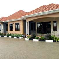 Executive new world banglow for sale in bweyogerere at 450m