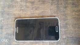 Samsung Galaxy s5 water & dust proof. It had no crack on it
