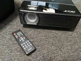 Acer projector.R2000.with bag and remote.