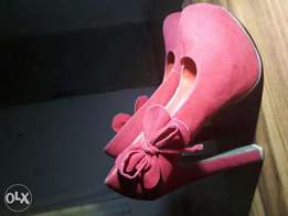Size 38 Red dry suede platform shoe with a side bow