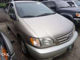 Clean Toyota sienna 1998 gold