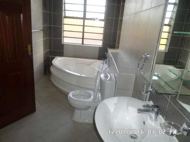 A 6 bed, all en-suite with 2 SQs for rent in Lavington Green. Lavington - image 6