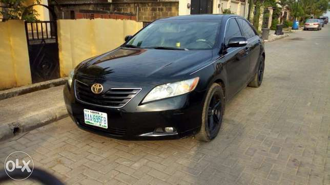 2008 Toyota Camry XLE with reverse camera and sport alloy. Kosofe - image 1