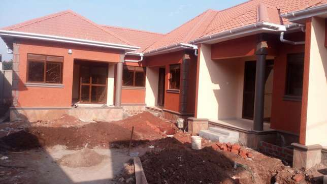 5units in kira earns 2.5m monthly at 360m negotiable on 60*100fts Kampala - image 2