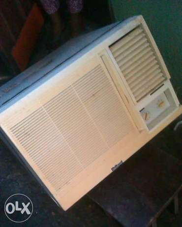 A clean used 1/2 horse power Air conditioner for sale Oworonshoki - image 1