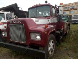 Foreign used Mack towing truck for sale