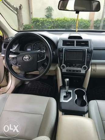 very clean few months used Toyota Camry 2013 leather with full option Apapa - image 3