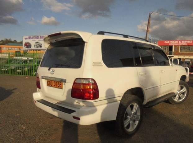 land cruiser V8 petrol with sunroof and an extreemly neat interior. Karen - image 4