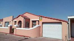 Strandfontein-Immaculate cosy family home