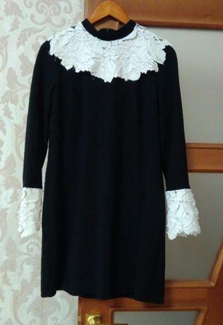 Czarna sukienka z haftem emente m Przemyśl • OLX.pl