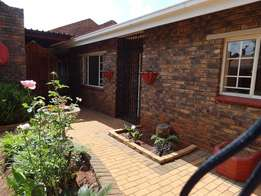 Townhouse in Birchleigh, 3 beds, d/garage, lappa, close schools, malls