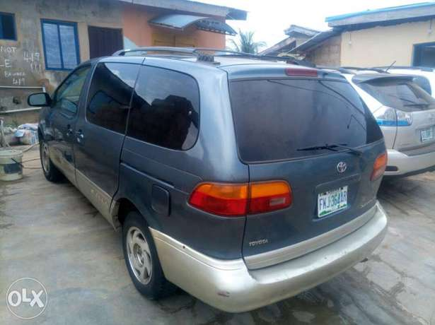 Neatly maintained Toyota sienna Agege - image 1