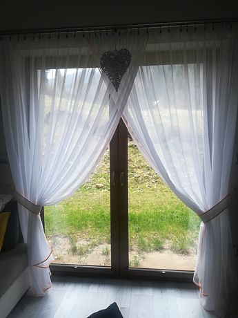 Komplet Firan Do Salonu Z Lamówką Pomarańczową Okno