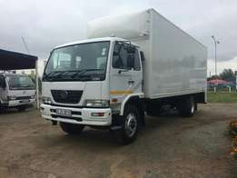 2015 NISSAN UD90 Volume body, with a taillift.