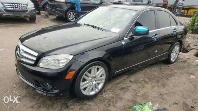 Foreign used 2009 Mercedes Benz C300. Direct tokunbo Apapa - image 2