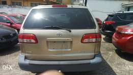 Neatly used Toyota sienna 2003 model accident free Lagos cleared