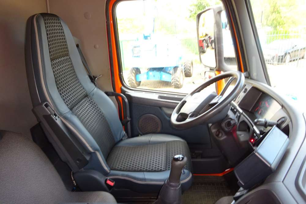 Volvo FM 370 8x2 - 2011 - image 12