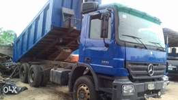 A brand new 6months old mercedes benz tipper for grab in uyo akwa ibom
