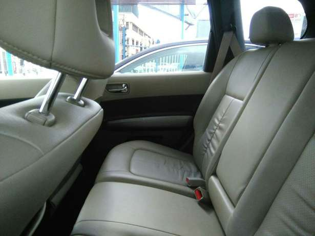 2009 x-trail purl white,a (axis Autech)with leather seats.2000cc. Lavington - image 3