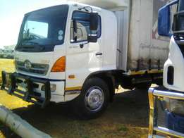 Hino 500 tautliner with tailift