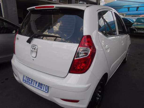 2011 Hyundai i10 1.2 Fluid 54,040km Hatch Back Manual Gear Electric Wi Johannesburg CBD - image 3