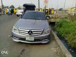 Very sharp Registered Benz C350 for sale at Shomolu Lagos