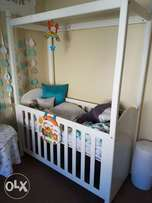 Treehouse white wooden cot