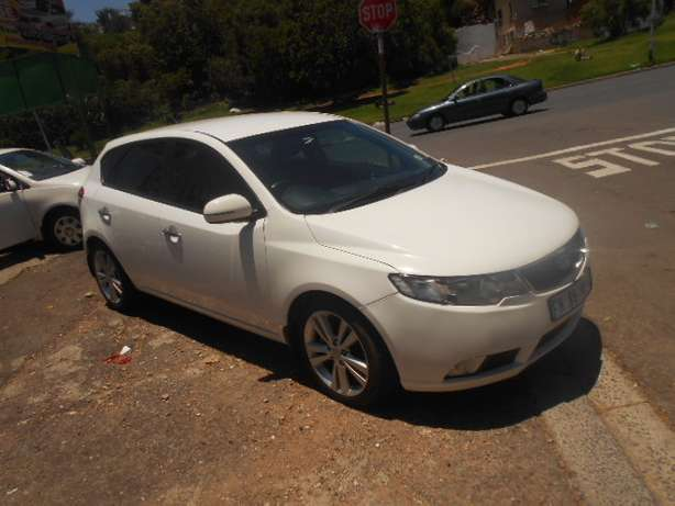 Kia Cerato 2.0, 2011 model, White in color for sale Johannesburg - image 2