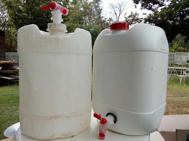 Plastic 25 litre containers with taps. Welkom - image 1