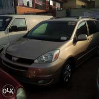 Tokunbo 05 accident free/custom paid Toyota sienna XLE