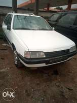 Peugeot 405 metallic white