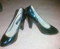Fairly used black heeled pump
