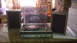 Turntable Sanyo, with two speakers