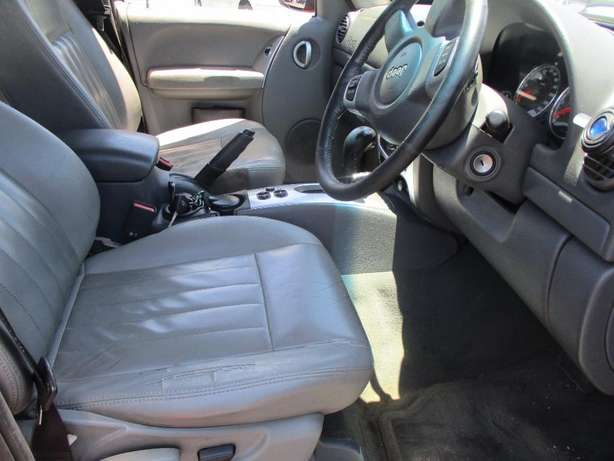 Jeep cherokee 3.7 limited Automatic, 5-Doors, Factory A/c, C/d Play Johannesburg CBD - image 7
