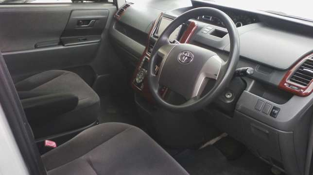 In perfect condition, Toyota Voxy, year 2008. Hurlingham - image 4