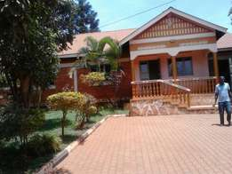 3bedroom 2bathroom 2quarters stand alone in Kisaasi at 1m