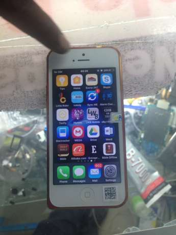 iPhone 5 , 32gb , clean as new with all accessories . Nairobi CBD - image 6