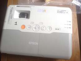 Epson EB-905 projector at a throwaway price