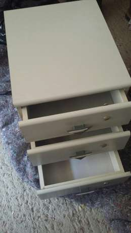 Three drawer side unit or for kiddies room in good conditioncondition Edenvale - image 3