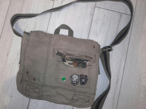 02e8411364eb9 Torba na ramię khaki - Poznań - Sprzedam fajną torbęz naszywkami w kolorze  khaki. Tył