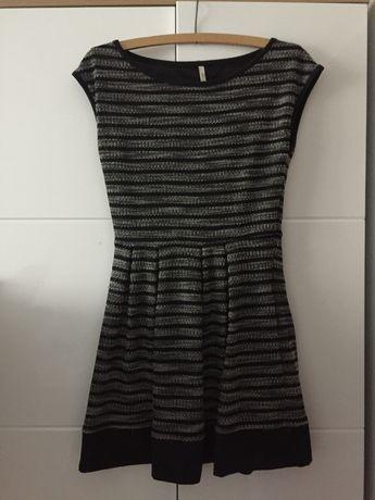 Elegancka czarno biała sukienka paski Stradivarius L 40