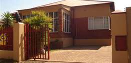 Spacious & Classic House in Roodepoort North